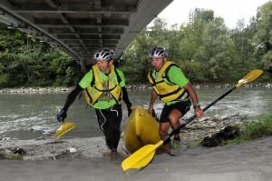 Rudy et Yves de Quechua remontent leur canoë © Vianney THIBAUT