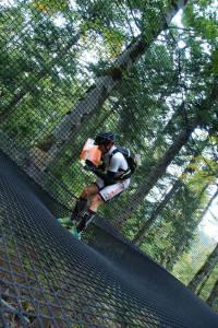 Bénit dans la dernière section en Orient'Show Mémo sur un trampoline géant suspendu.